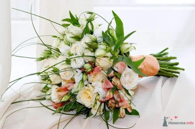 Букет невесты из белых роз и розовых альстромерий, декорированный розовой лентой  - фото 30937 JuliaJune