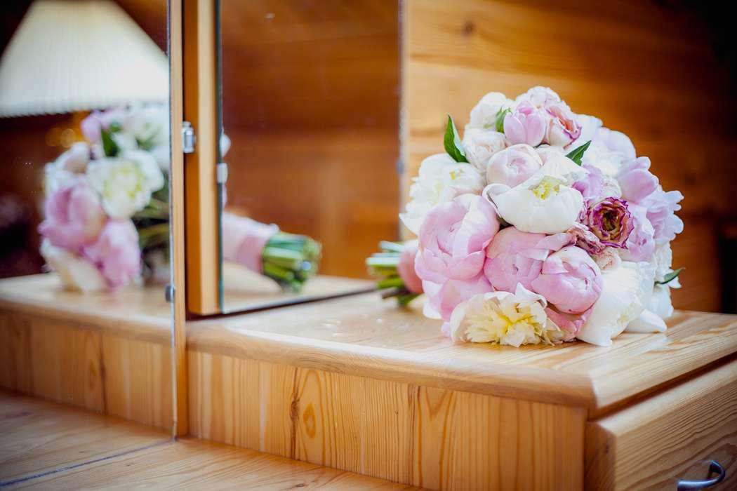 Букет невесты из светло-розовых и белых пионов, декорированный розовой лентой  - фото 2643513 Света Кассина - фотограф