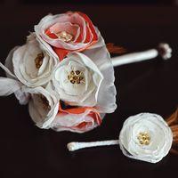 Букет невесты и бутоньерка - цветы из органзы, атласного шелка и габардина, украшенные бисером, пайетками и жемчугом