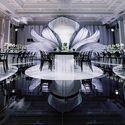 Черное глянцевое напольное покрытие для оформления свадьбы