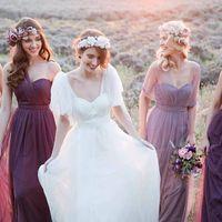Скоро в продаже! невеста и её подружки идут по полю