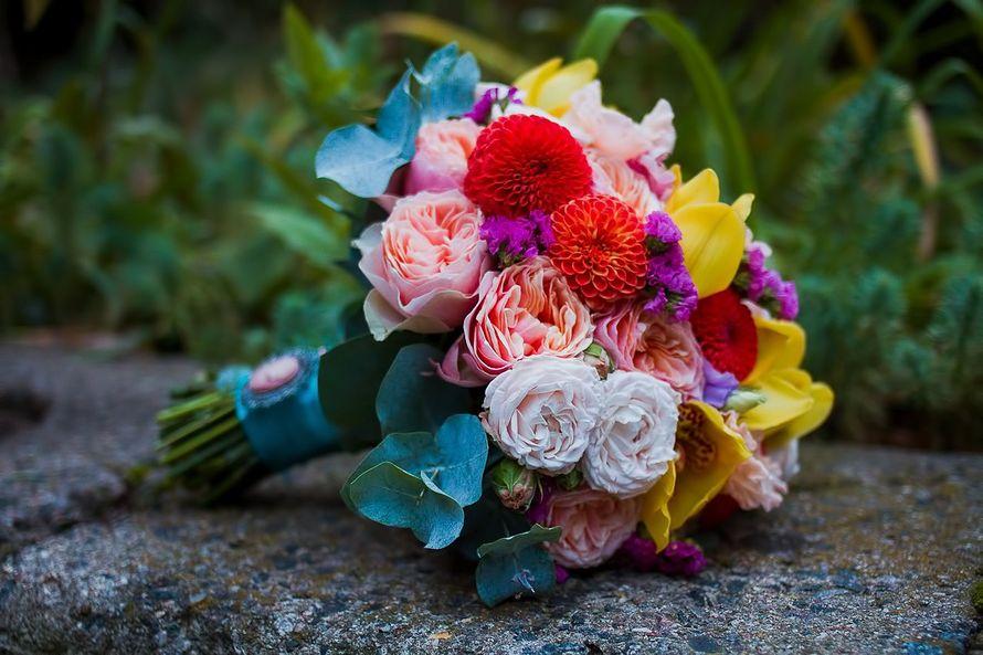 Яркий букет невесты из розовых пионовидных и белых роз, сиреневого лимониума, красных астр, желтых орхидей и зеленого эвкалипта, - фото 1259681 Студия флористики и декора Батуры Кирилла