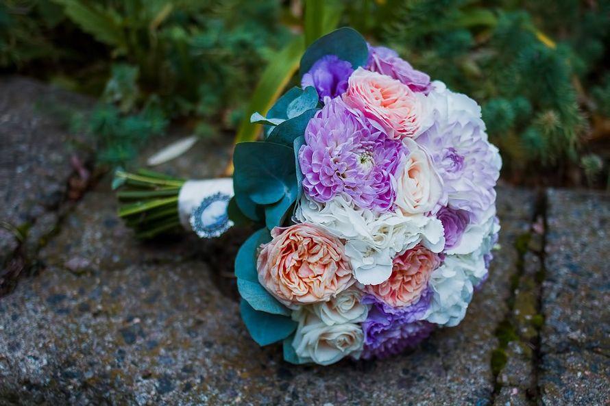 Букет невесты из сиреневых астр и розовых роз - фото 1259687 Студия флористики и декора Батуры Кирилла