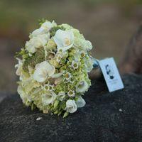 Букет невесты в зеленых тонах из орхидей и ромашек