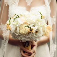 Букет невесты из желтых астр, белых фрезий и гортензий