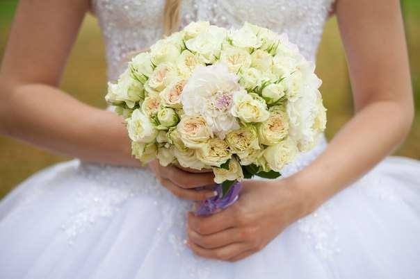 Букет невесты из белых роз и георгин, декорированный сиреневой лентой  - фото 1259775 Студия флористики и декора Батуры Кирилла