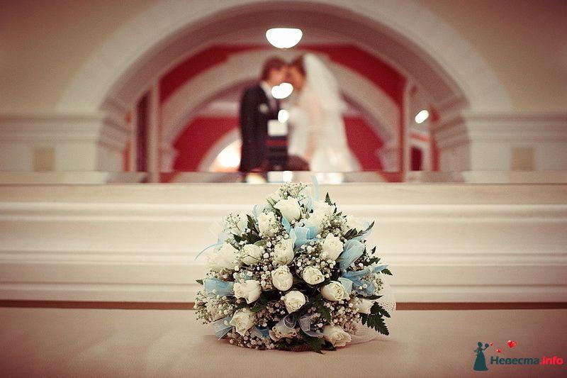 Букет невесты из белых роз и гипсофилы, декорированный голубыми лентами - фото 129576 photoAMplua