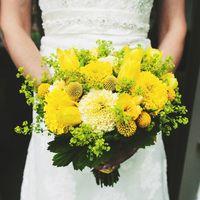 Желтый букет невесты из тюльпанов, астр и фрезий