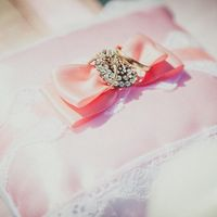 Розовая подушечка для колец с брошью