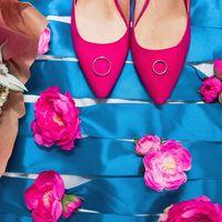 На длинных носках туфель невесты лежат золотые кольца новобрачных