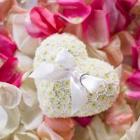 Подушечка-сердце для колец из цветов герберы