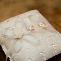 Атласная подушечка для колец с кружевами и кристаллами