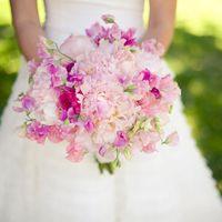 Розовый букет невесты из пионов и фиалок