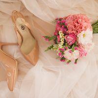 Букет невесты из роз, гортензий и эустом и туфельки невесты в розовых оттенках