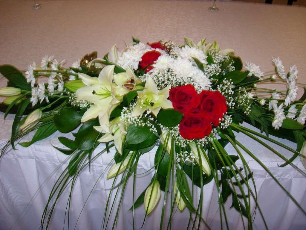 Композиция из красных роз, белых лилий, берграса, рускуса, гипсофилы, белых ромашковых хризантем.  - фото 2689209 Галерея цветов - Свадебное оформление