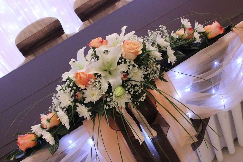 Композиция из роз, белых лилий, гипсофилы, берграса, белых хризантем, папоротника и кустовой розы. - фото 2689217 Галерея цветов - Свадебное оформление