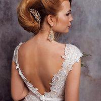 гладкая свадебная прическа типа ракушки, украшенная гребнем