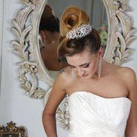 Высокая свадебная прическа Ракушка на длинные волосы, украшенная большим гребнем.