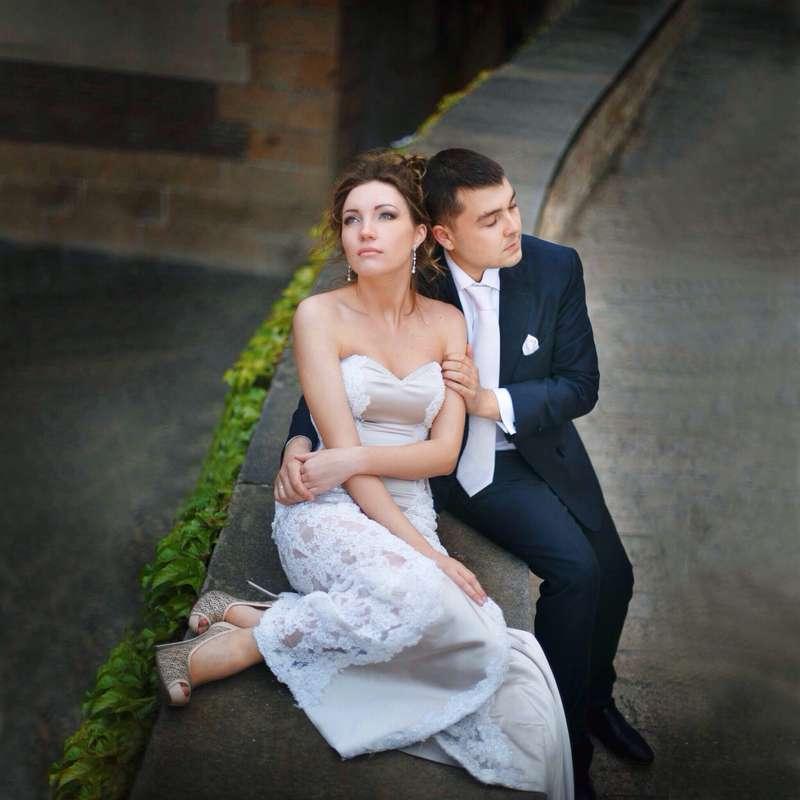 Жених и невеста сидят, прислонившись друг к другу, посреди улицы - фото 3658571 Viktoria Kharavets парикмахер-стилист