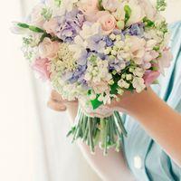 Букет невесты в розово-сиреневых тонах из гортензий, роз и фрезий