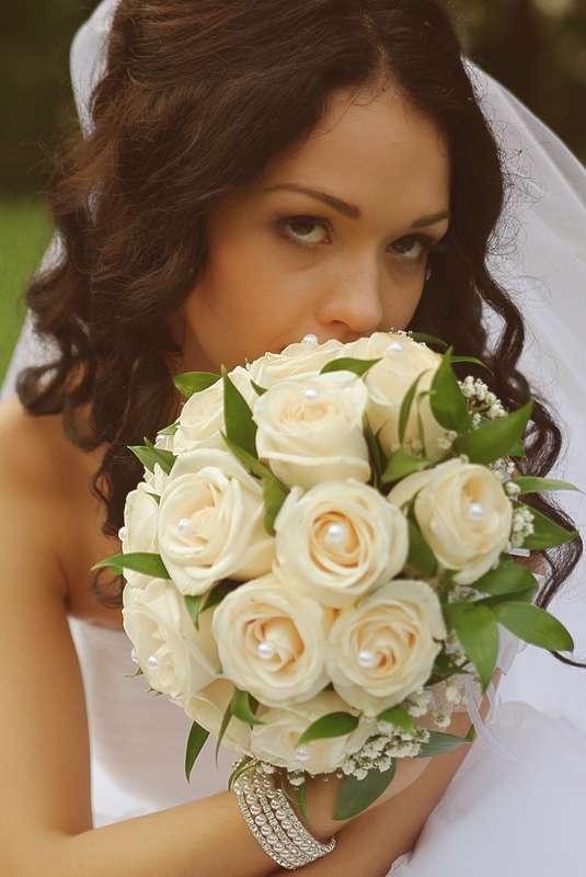 Букет невесты из нежно-коралловых роз, декорированный белыми жемчужными бусинами  - фото 1466631 Александр Неволин фотограф