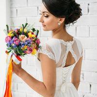 Радужный букет невесты с пионовидными и кустовыми розами, георгинами, ирисами и фрезией Работа флориста Анохиной Натальи