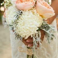 Букет невесты из белых астр и розовых роз