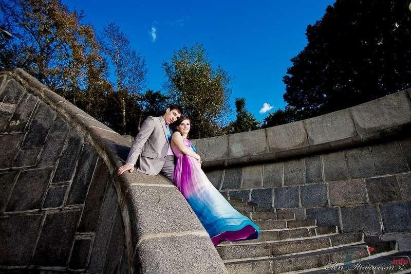 Жених и невеста сидят, прислонившись друг к другу, на лестнице - фото 53154 Невеста01