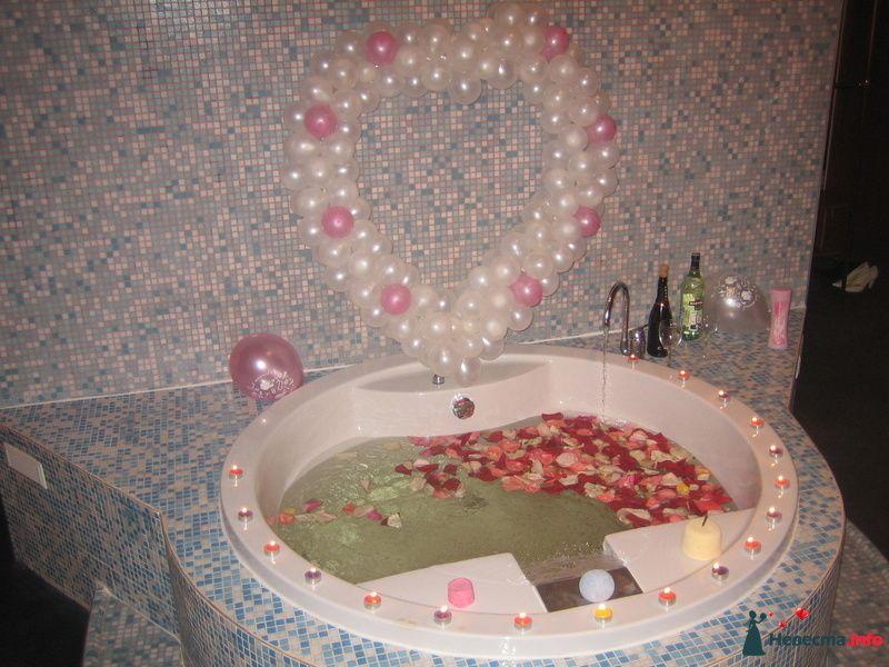 "Так мы украсили джакузи - лепестки роз, свечки и бомбочки от ""Лаш"". Сердце из шариков со свадебного банкета :) - фото 83810 Наташулька"