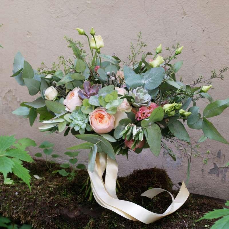 Букет невесты из пионовидной розы, эвкалипта, лизиантуса и суккулентов - фото 16730328 Флорист Юрина Алёна