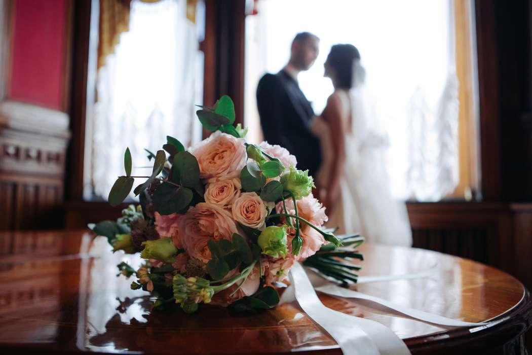 Букет невест из пионовидных роз, махрового лизиантуса, эвкалипта и маттиолы - фото 16733710 Флорист Юрина Алёна