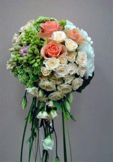 Букет невесты.  Используемые цветы: кустовая роза,  гиацинты, лизиантус, трахелиум, орнитогалум, роза одноголовая