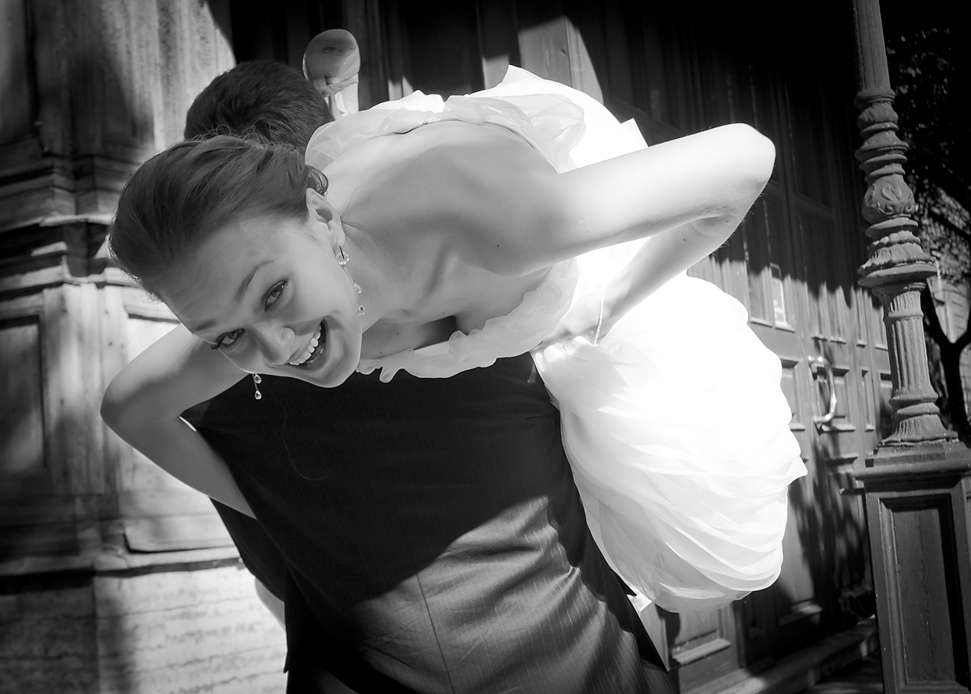 Как настоящий мужчина, Оскар не задавал ЕЙ много вопросов: просто закинул на плечо и унес.... на фото: Оскар и Инна - фото 1692151 Фотограф Анна Лемеш
