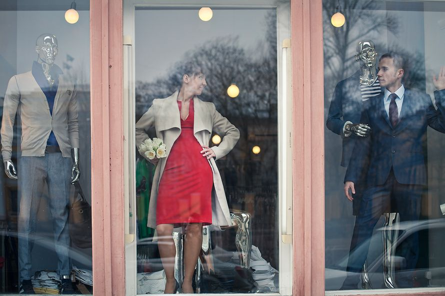 В витрине бутика можно увидеть манекены и не только :) На фото : Женя и Андрей - фото 1692171 Фотограф Анна Лемеш