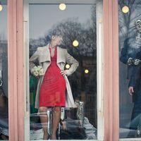 В витрине бутика можно увидеть манекены и не только :) На фото : Женя и Андрей