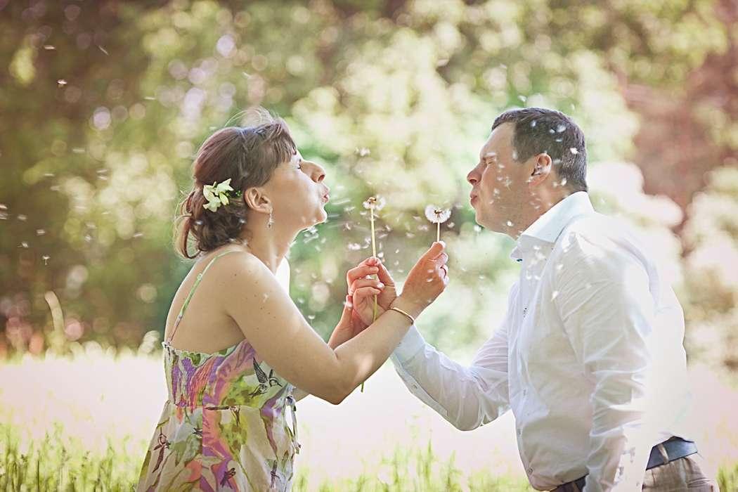 Сергей и Мария в павловском парке дуют одуванчики - фото 1692491 Фотограф Анна Лемеш