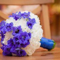 Букет невесты в круглом стиле из фиалок и гвоздик