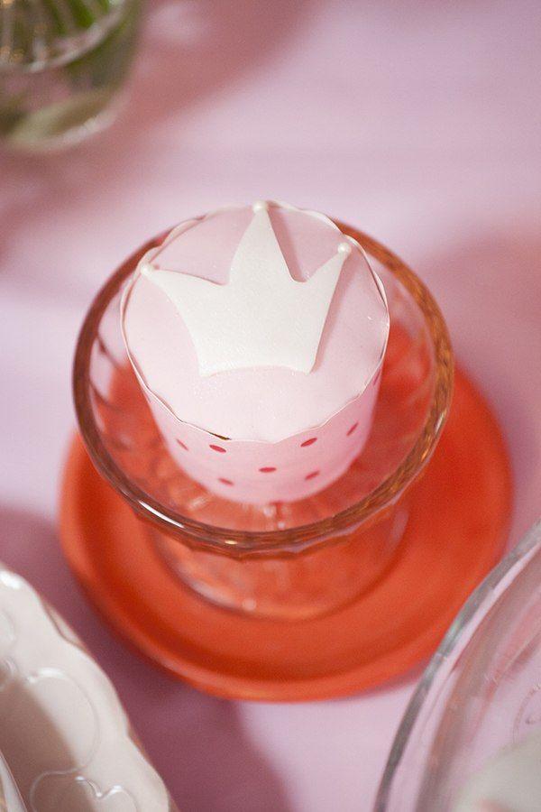 Маффин, украшенный розовой глазурью, рисунком в виде белой короны, в розовой бумажной формочке, на стеклянной подставке - фото 1563937 Организатор свадеб Глуш Ольга