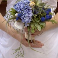 Букет невесты в голубых оттенках из сирени и сукулентов