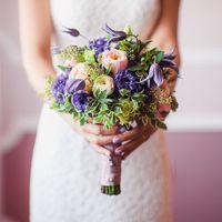 свадебный букет из пионовидной розы *Девид Остин * из лизиантусов, из клематисов, из пионовидной розы сорт* Летин Помпон* , эвкалипт ягода, Ваксфлаер, зелень . Цена букета 6500 руб.
