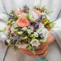 Свадебный букет невесты из садовой розы сорта факсфлаера  Вувузелла , фрезии, мускари, Лизиантуса, зелени Артикул № 0502 Цена 5000 руб. Наш телефон  +7(846) 260-50-05 или 8903081063 .