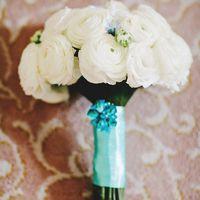 Букет невесты, ножка декорирована атласной лентой цвета Тиффани и брошкой