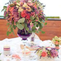 композиция на стол гостей в высокой вазе