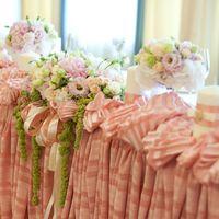 стол молодых розовый золотой