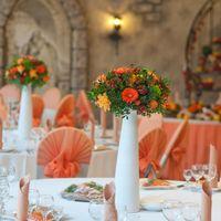 оранжевая композиция стол гостей