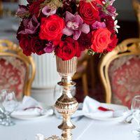 золотая ваза на столе гостей