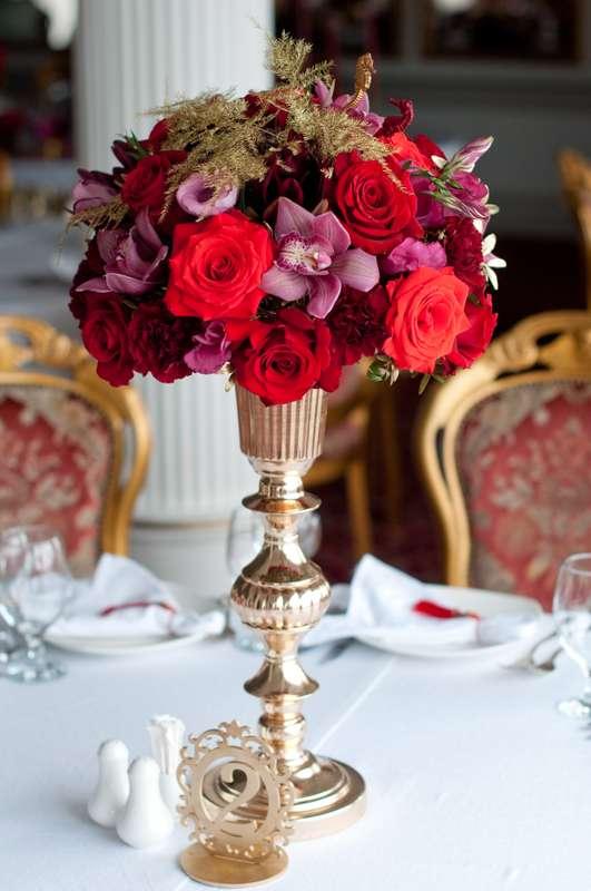 "золотая ваза на столе гостей - фото 15795534 Студия флористики и декора ""Глориоза"""