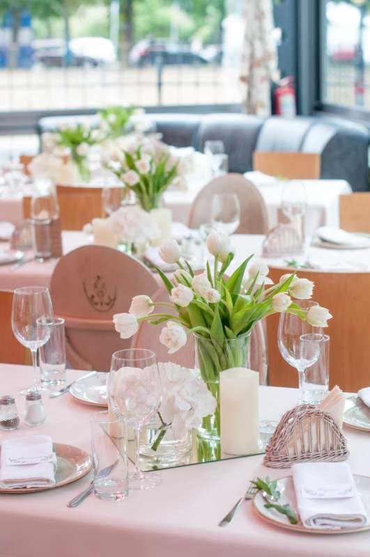 "композиция с тюльпанами на стол гостей - фото 17585420 Студия флористики и декора ""Глориоза"""