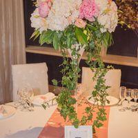 высокая композиция из пионов на стол гостей