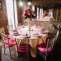 Оформление банкетного зала в ягодно-малиновых цветах